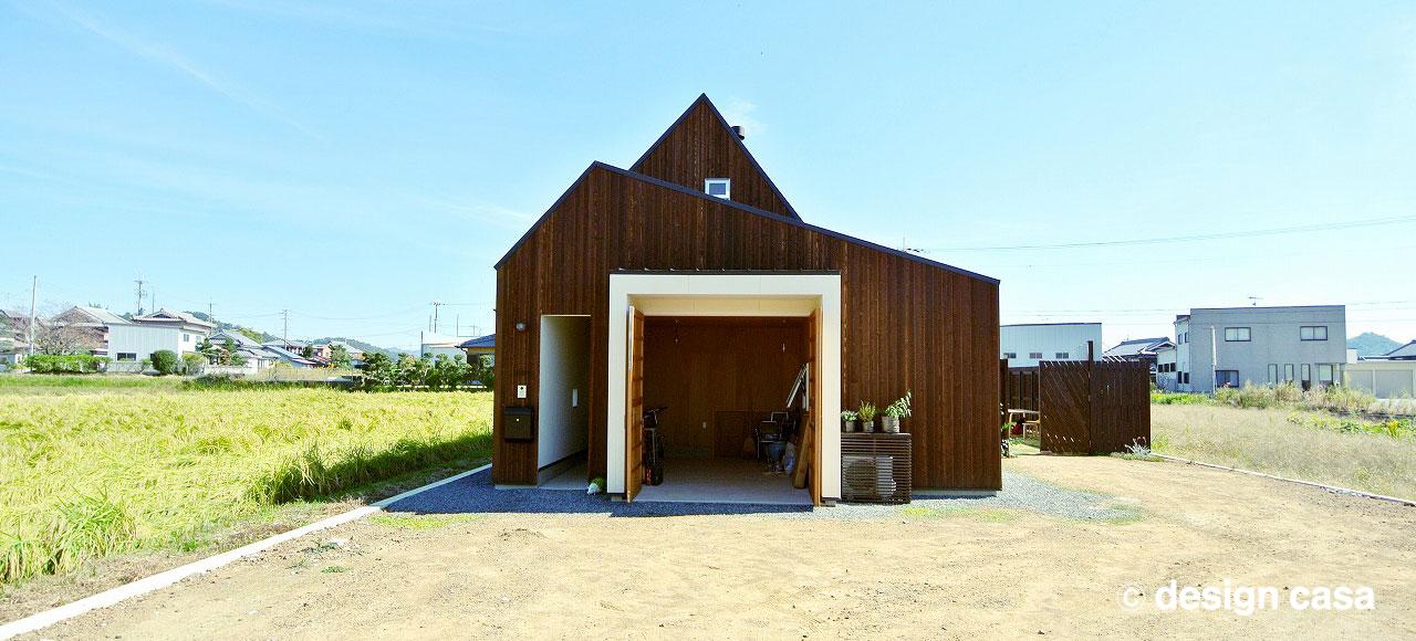 平屋風のガレージハウスの外観