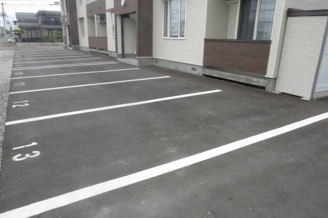 賃貸アパートの駐車場は屋根や壁がないことが多い
