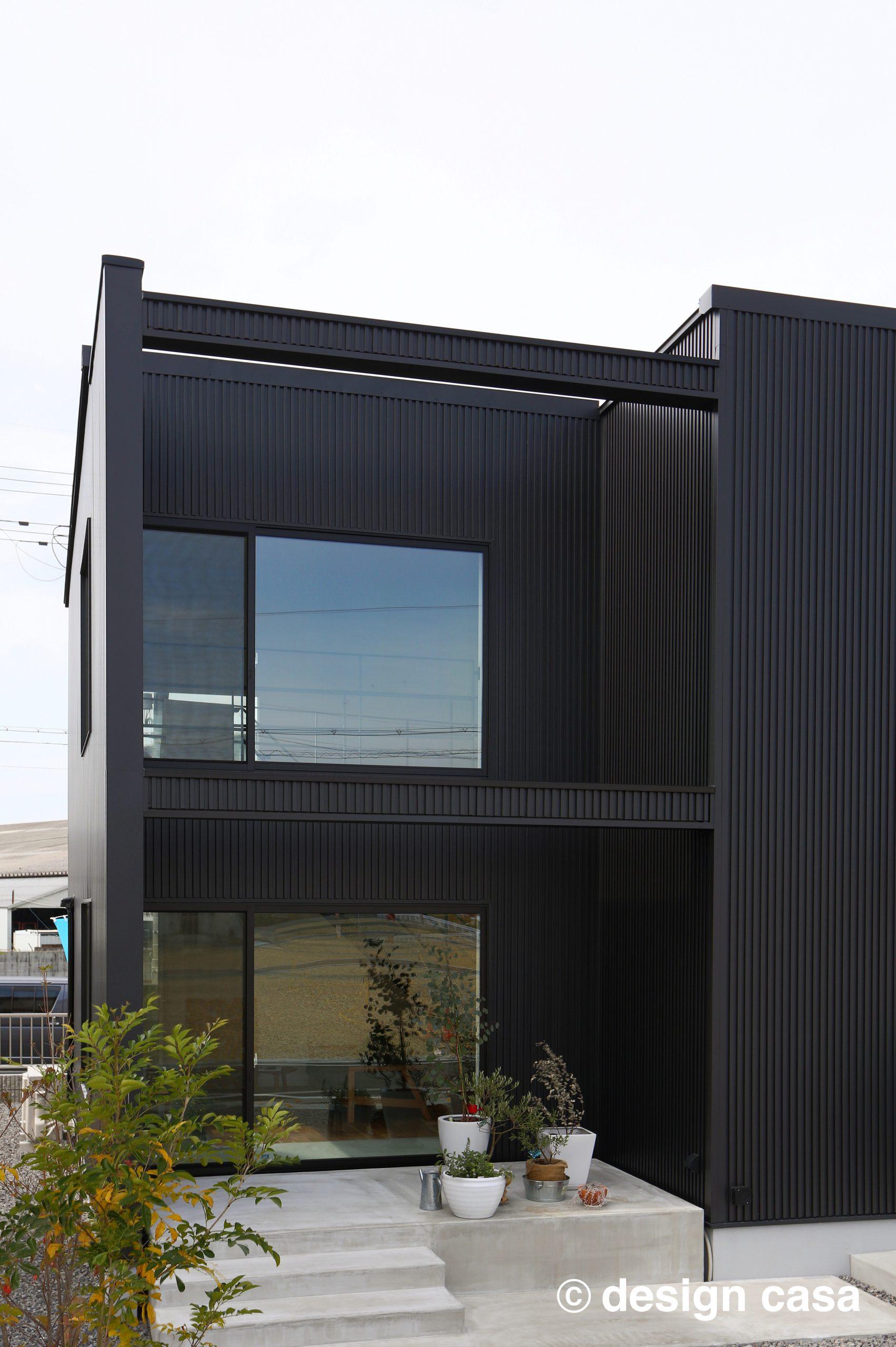 黒を基調としたスタイリッシュなデザイン住宅の外観