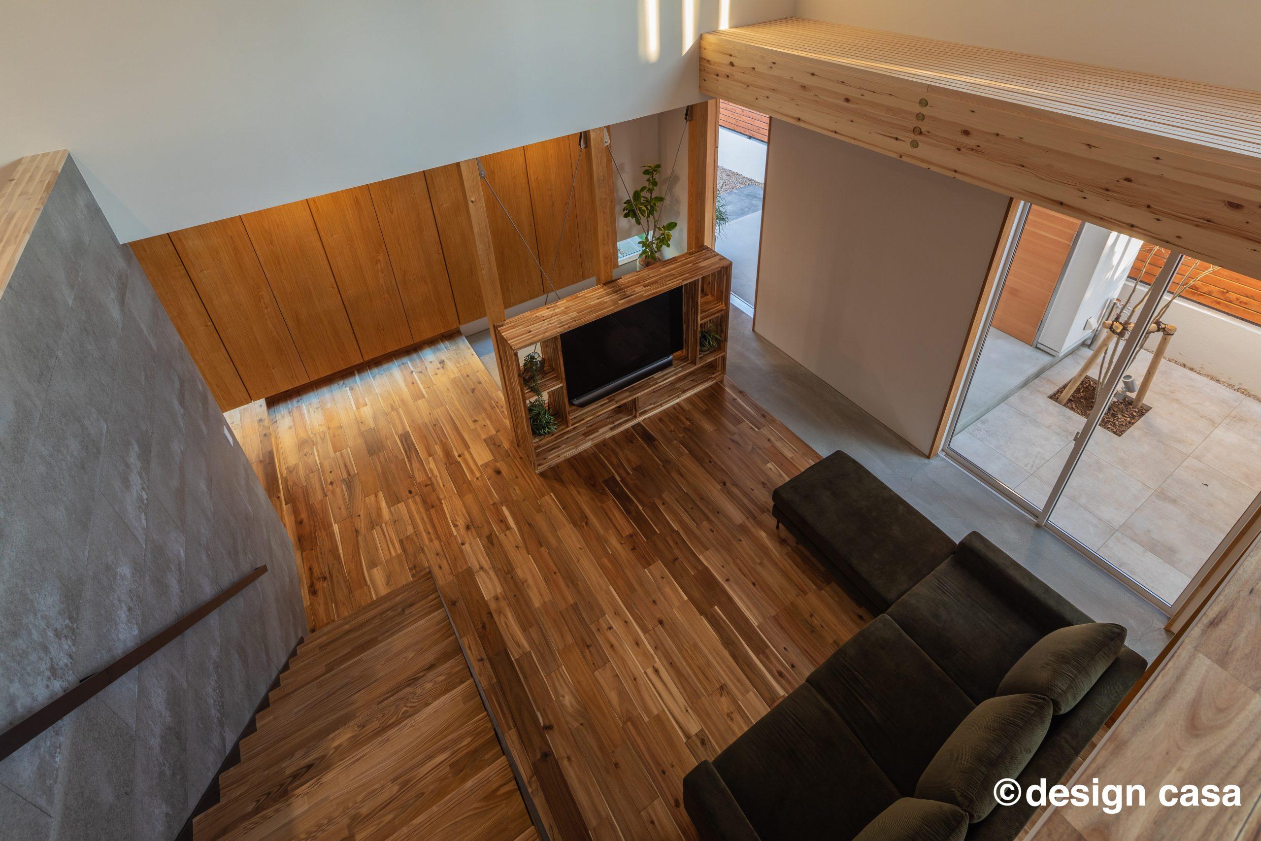 愛知の固定資産税の対象となる新築一戸建ての注文住宅の画像集:無垢と漆喰のリビングの実例