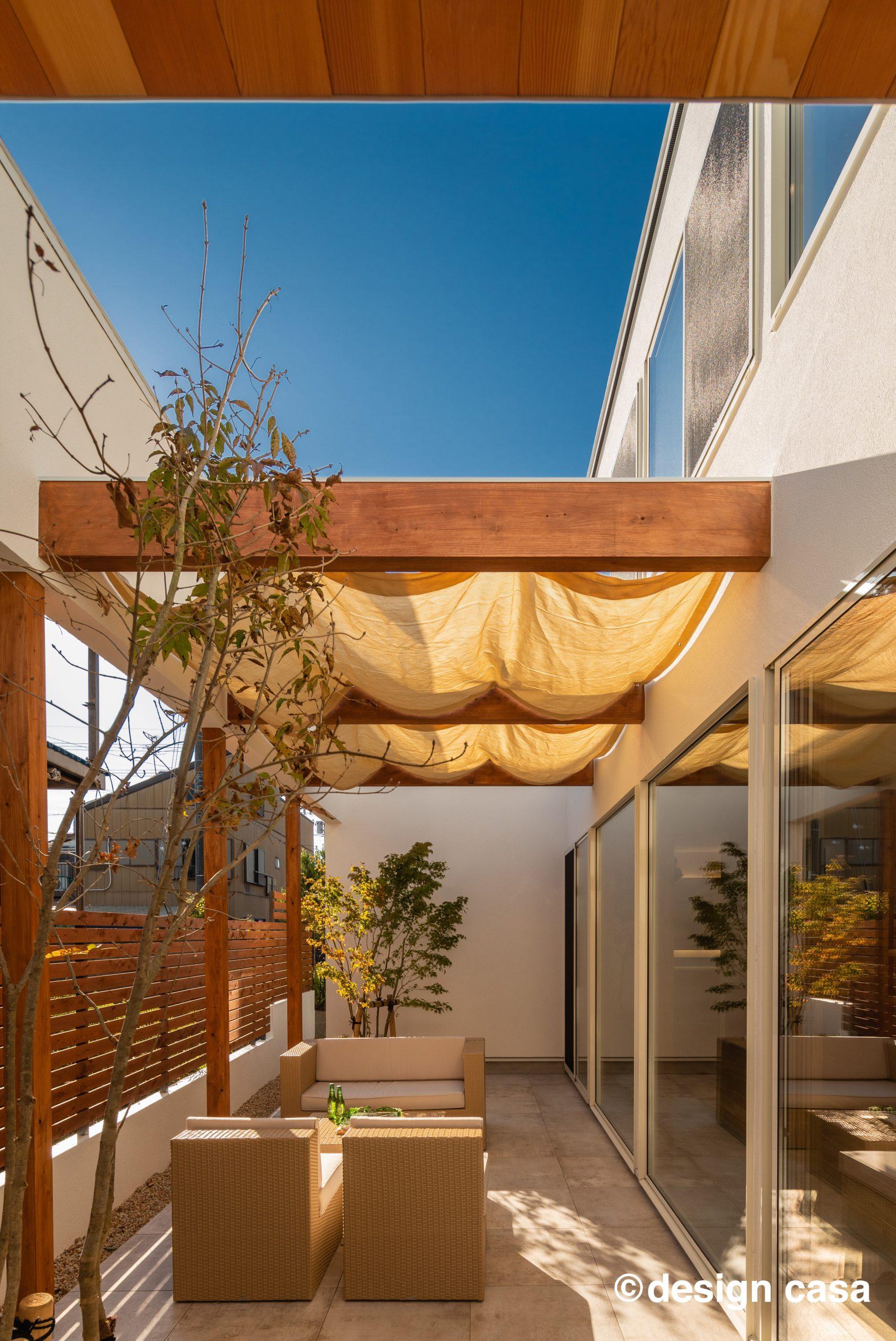 ブルーハウスの中庭のある平屋の建築実例