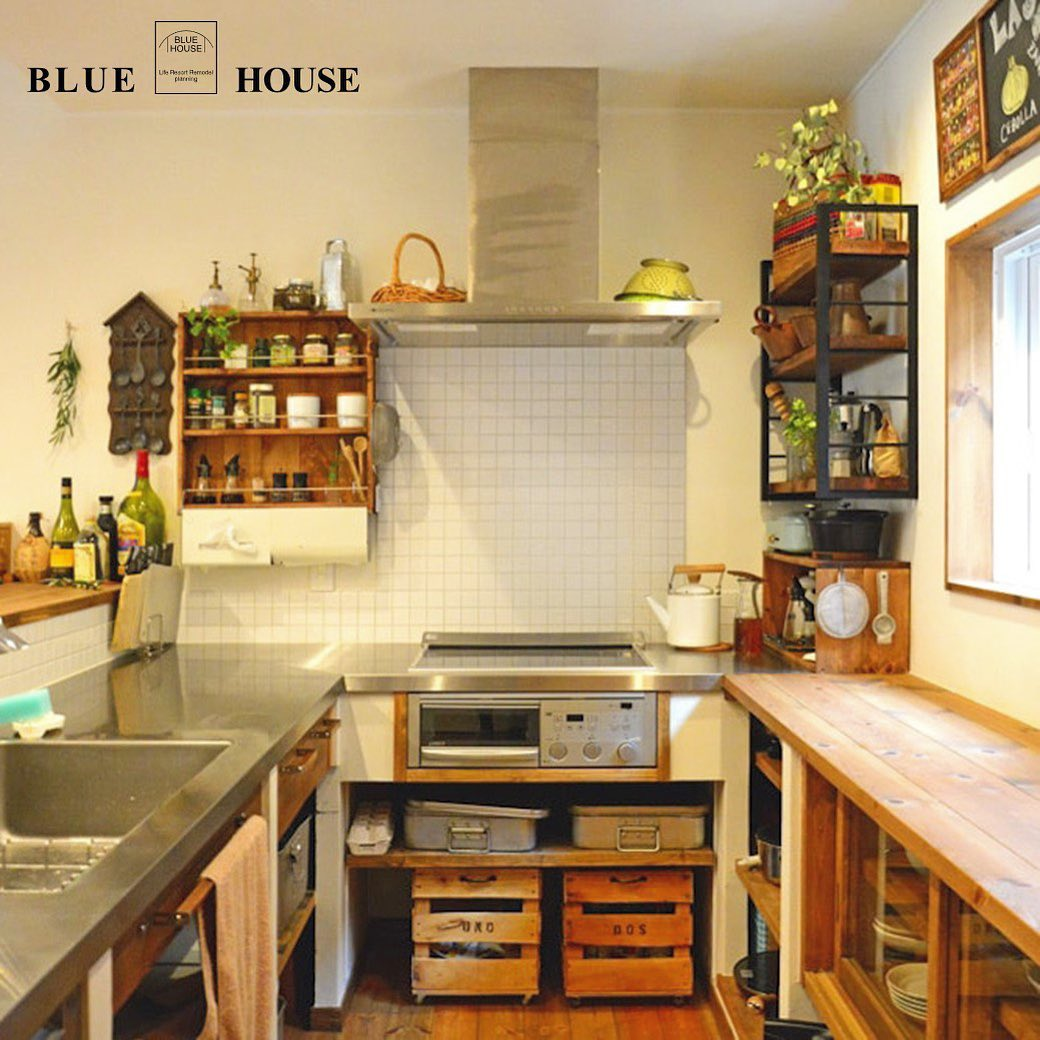 ちょっとレトロなカフェ風のコの字型キッチン