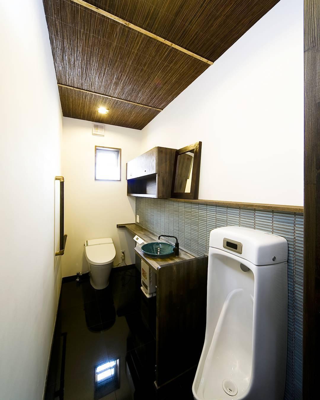 和モダンな内装のトイレ