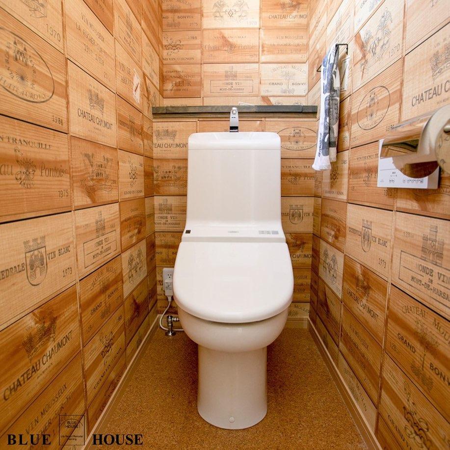 ワインセラーのようなおしゃれな内装のトイレ
