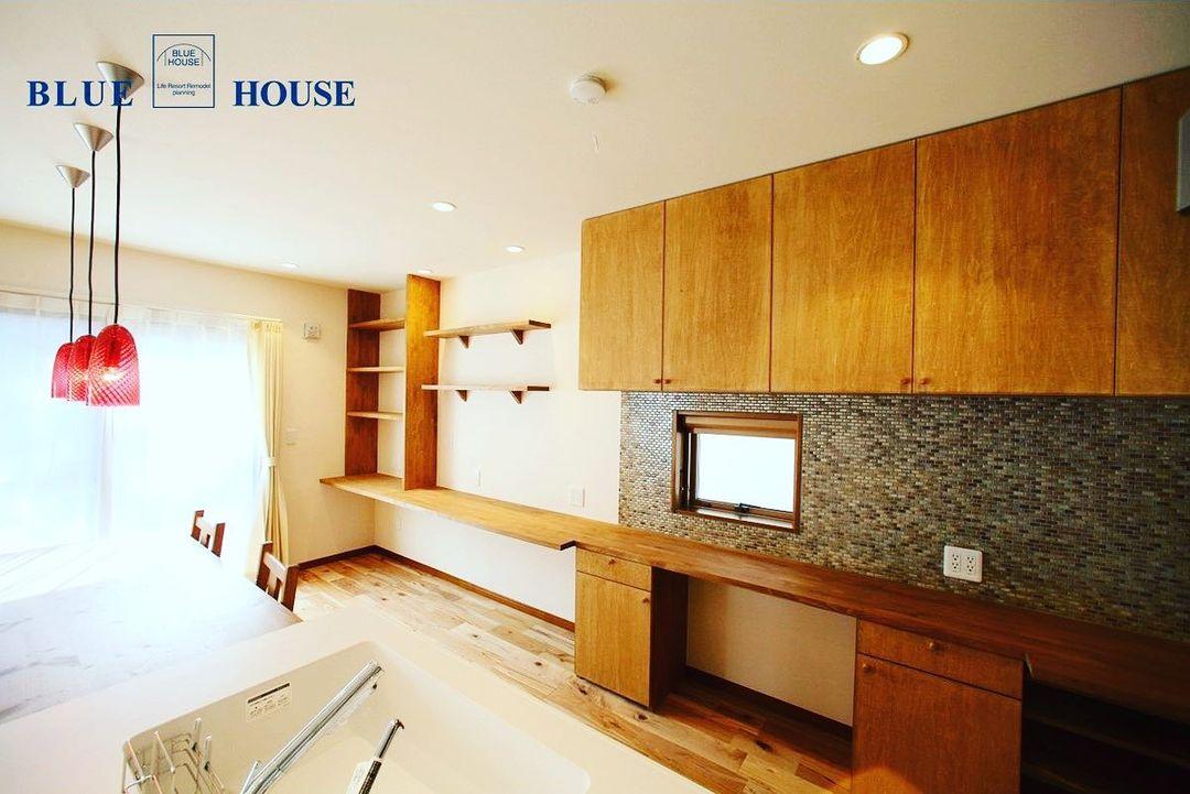 ダイニングと並列型のキッチンの背面収納