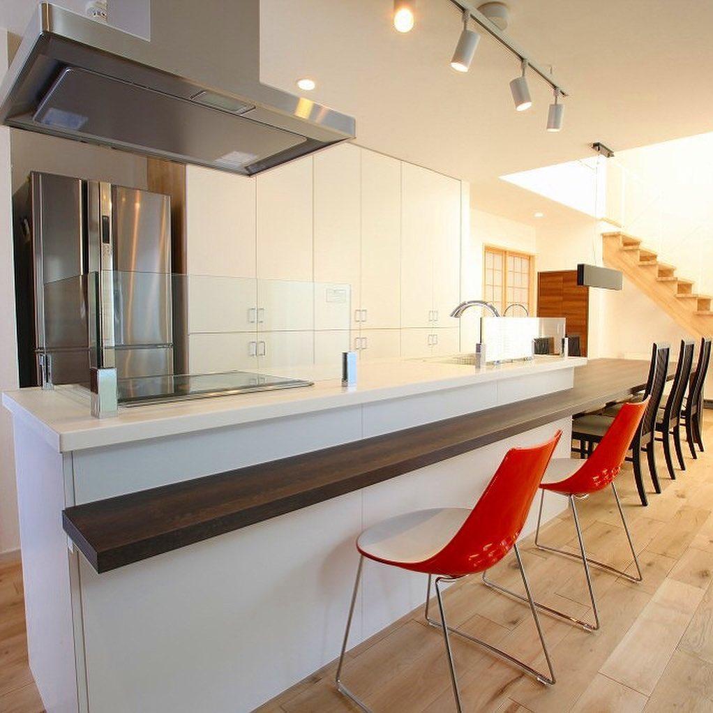 白いカラーと光沢が美しいキッチン背面収納