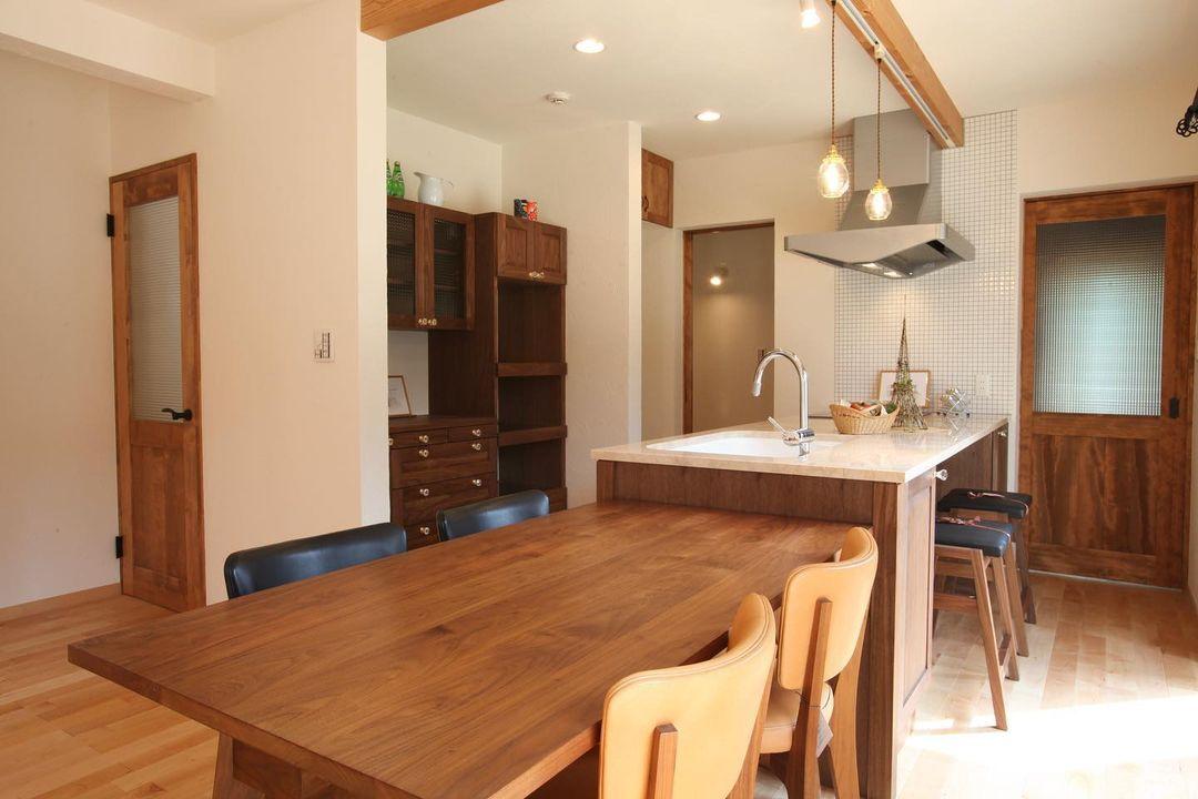 造作のキッチン壁面収納とLDK
