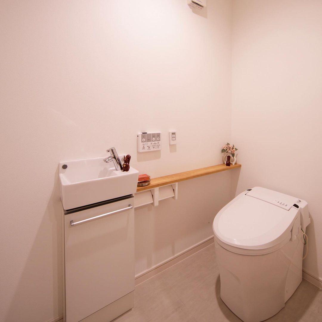 シンプルでスタイリッシュな建築家デザインのトイレ