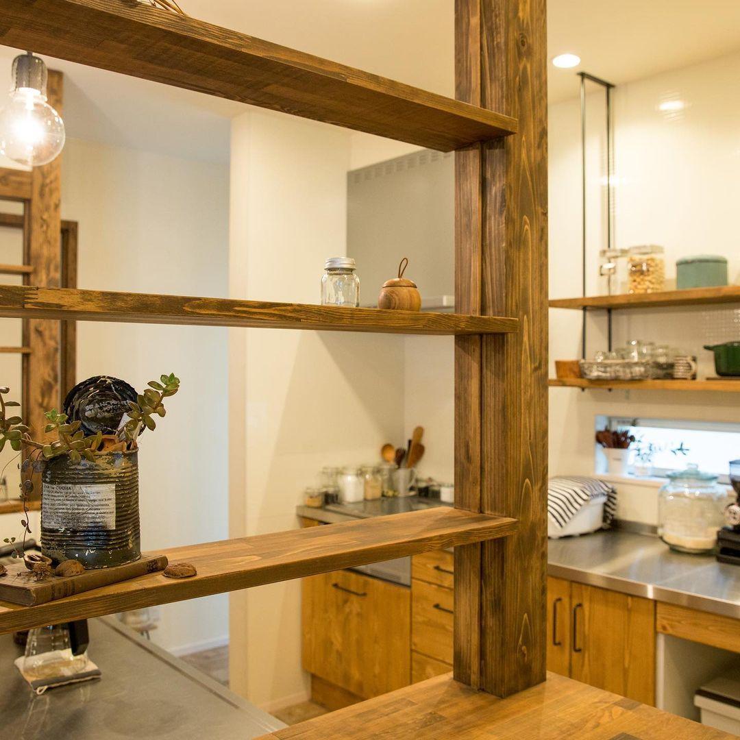 オープンキッチンのカウンターに設置した間仕切り棚