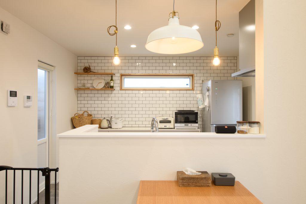 サブウェイタイルの白いキッチン