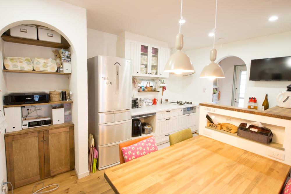 真っ白な漆喰の壁のかわいい家_キッチン