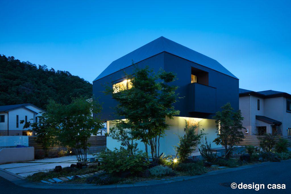和モダンデザインのインナーバルコニーのある家