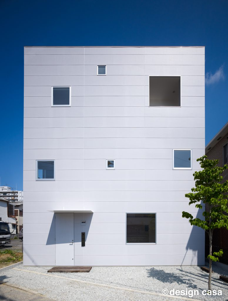 玄関庇をつけたキューブ型の家