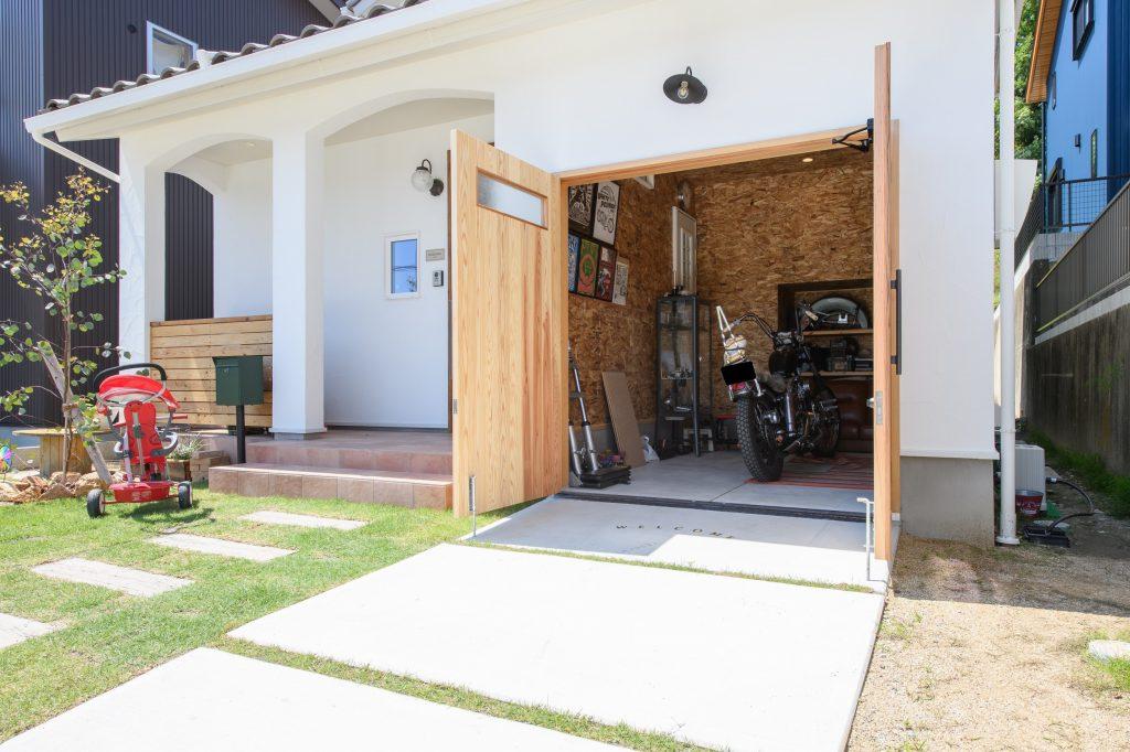 バイクガレージのある家