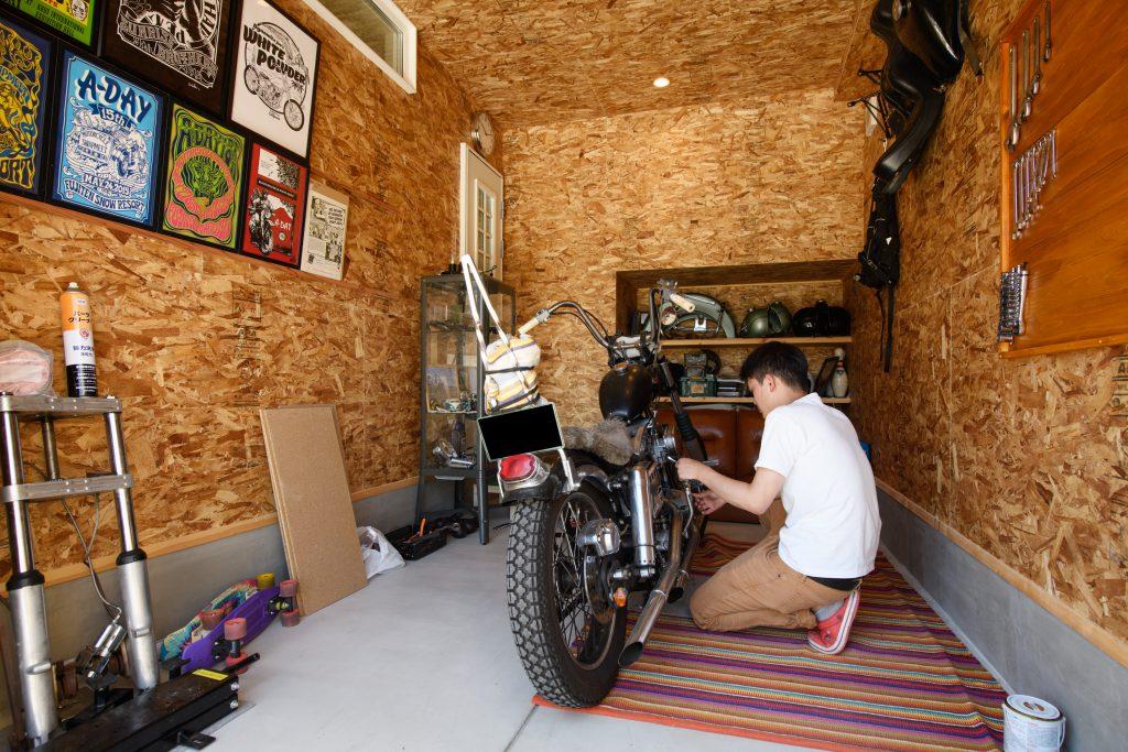 土間仕上げのバイクガレージ内部