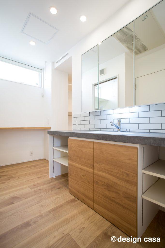 ミラー収納とタイルが特徴の洗面化粧台