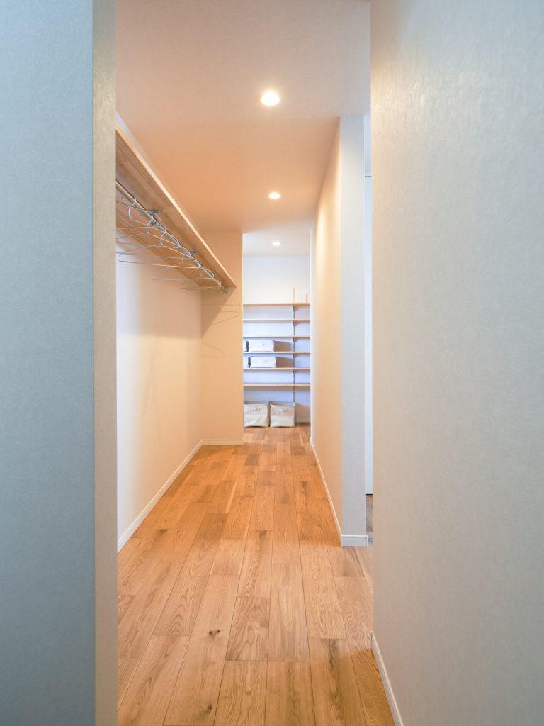 玄関とパントリーをつなぐ廊下兼クローゼット