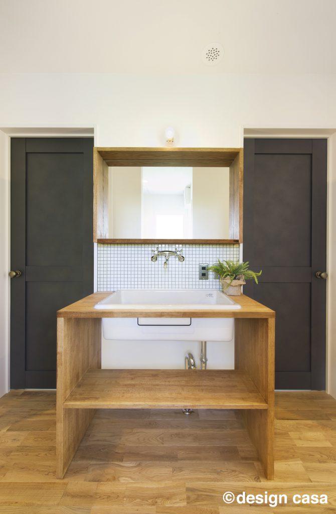 レトロな雰囲気の廊下手洗い場