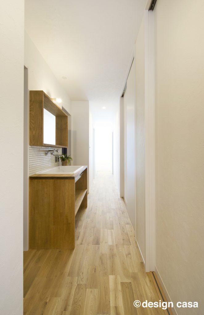 内装に溶け込むデザインの廊下の手洗い場