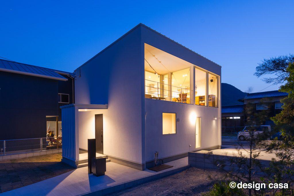 キューブ型の家の外観実例(夜)