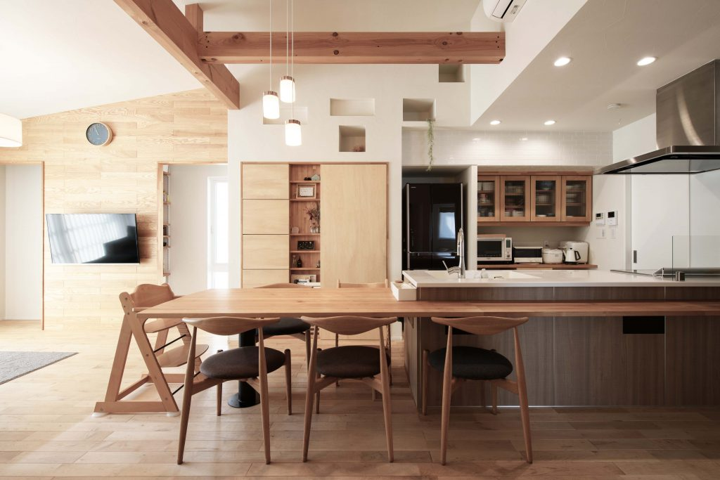 横並びダイニングテーブル兼カウンター仕様のおしゃれな「キッチン×ダイニング」スタイル